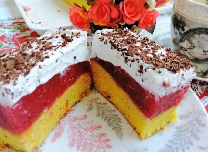Колач-торта со јагоди: Неодолив рецепт кој не може да не успее (Видео)