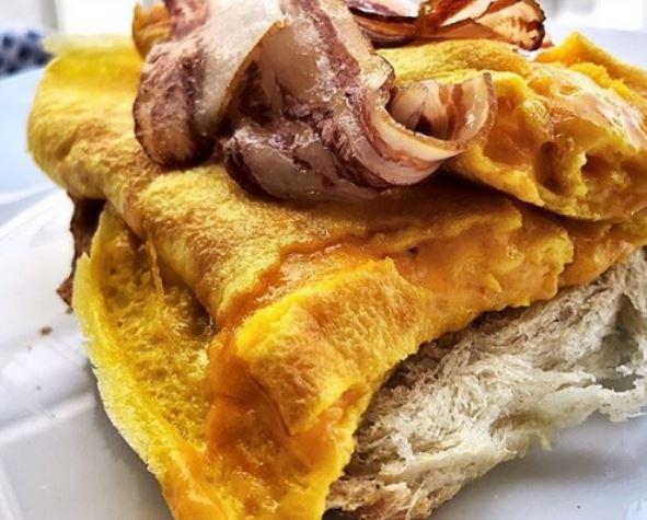 Вкусен доручек за 10 минути: Омлет со чедар и сланина