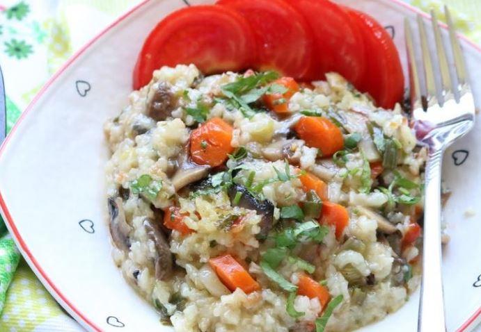 Оброк салата со колбаси и ориз