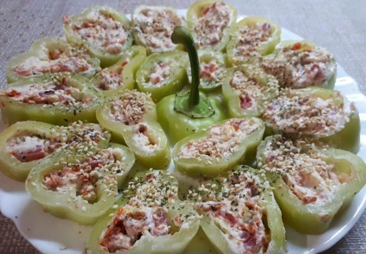 Вкусно предјадење готово за 10 минути: Пиперки полнети со кајмак и кулен