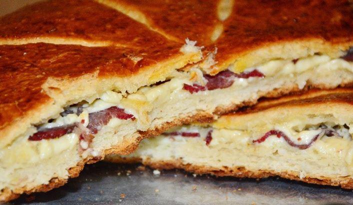 Едноставна и брза погача со сувомеснато и сирење – превкусна е