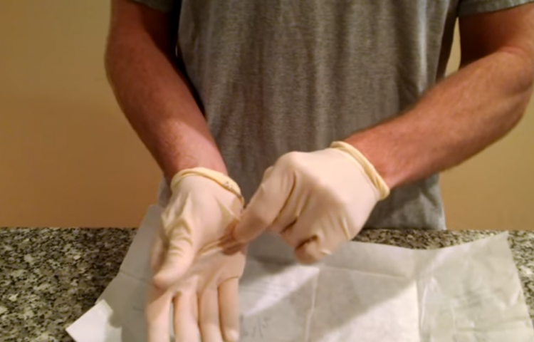Видео: Како правилно се вадат ракавици – Вака не ризикувате да допрете бактерии од нив