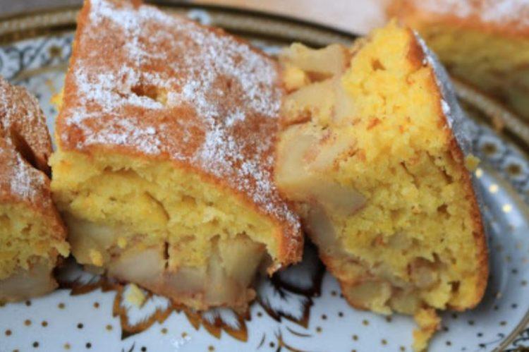 Сочен колач со јаболка и јогурт