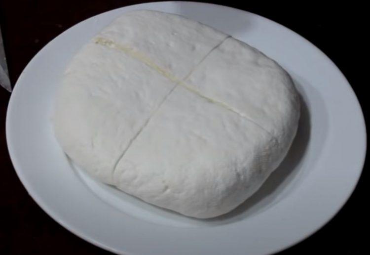 Направете домашно младо сирење и сурутка