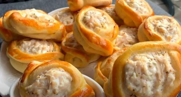 Домашно печиво: Полнети чамци со пилешко месо и крем сирење