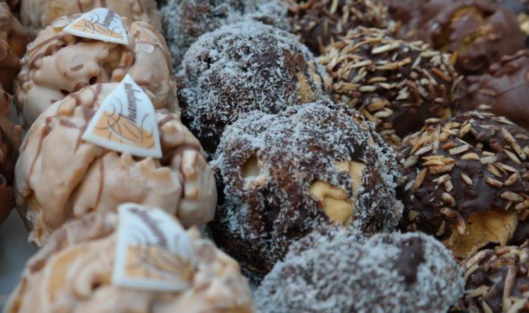 Ситни колачи за секоја прилика: Лешник бомбици прелиени со чоколадо