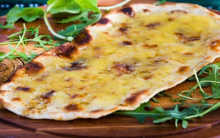 Без квасец и млеко: Рецепт за брзи тенки лепињи со крем сирење