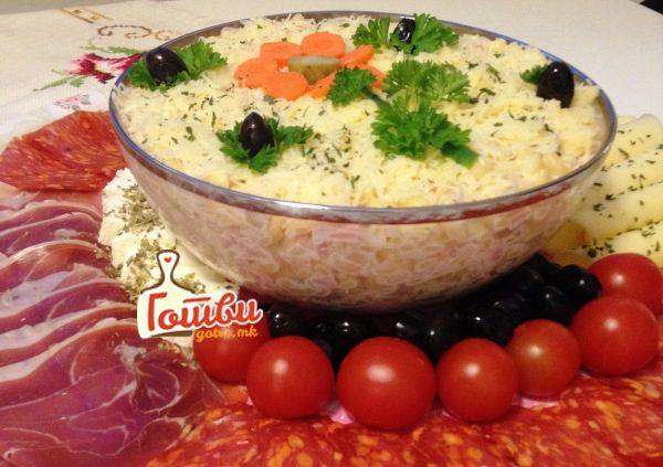 Посна мимоза салата – Ви требаат три чинии и малку време