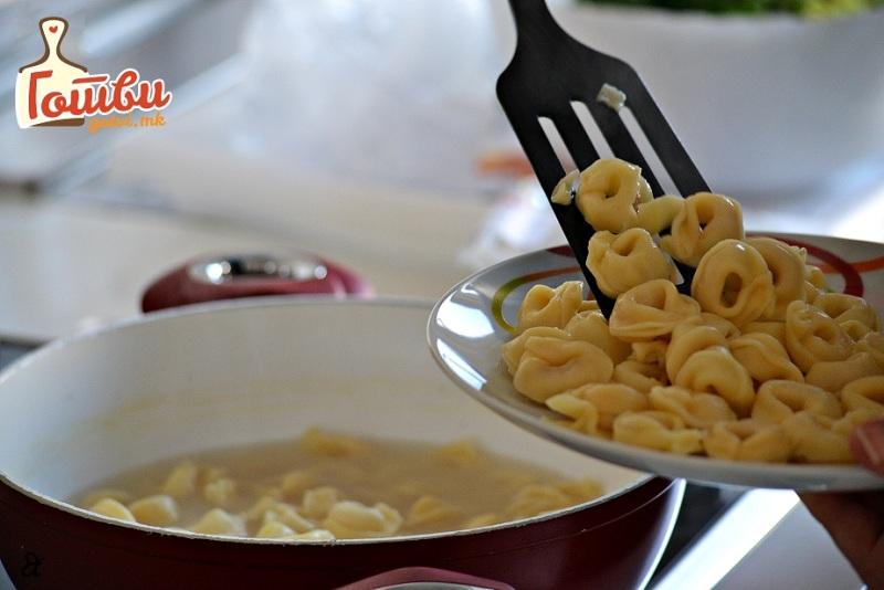 Италијанска кујна на милион начини: Тортелини со шунка во бело вино