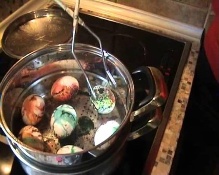 ВИДЕО: Бојадисување на шарени Велигденски јајца на пареа