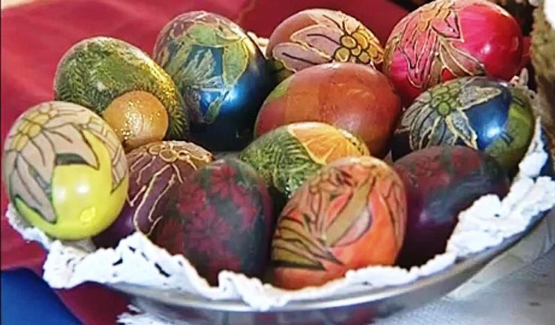 Завиткајте ги јајцата со свилена марама и сварете ги – Супер идеја за Велигден