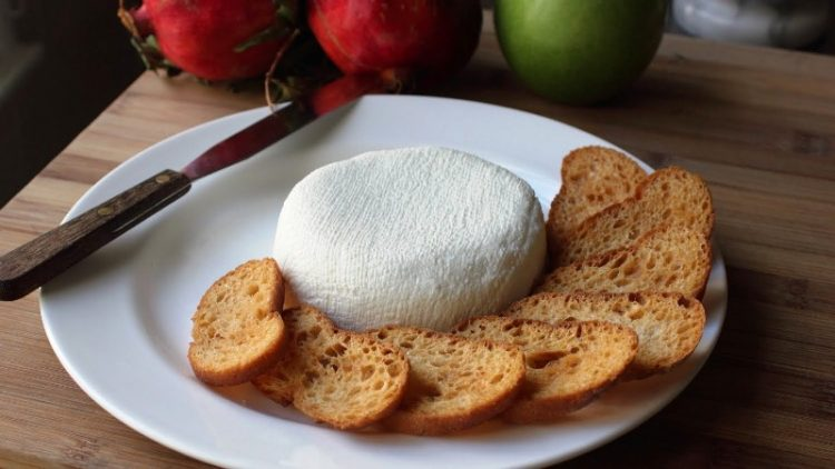 ВИДЕО: Домашно крем сирење со само 2 состојки