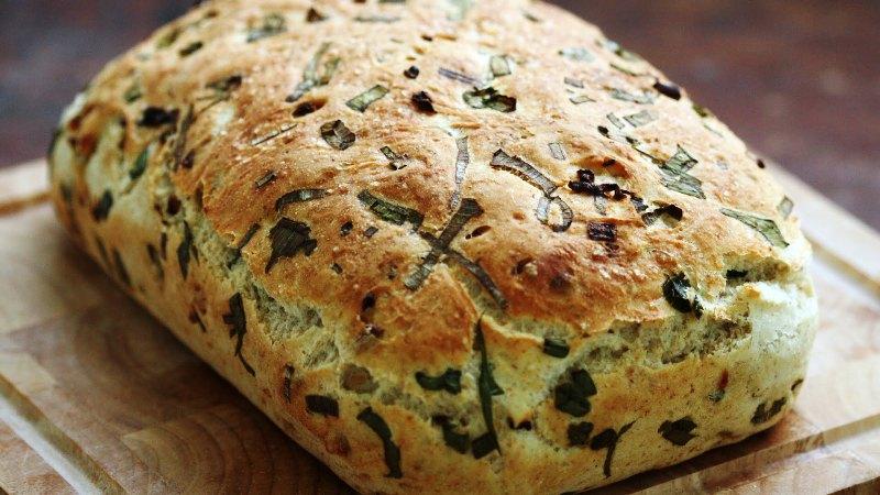 ВИДЕО рецепт: Леб со карамелизиран кромид