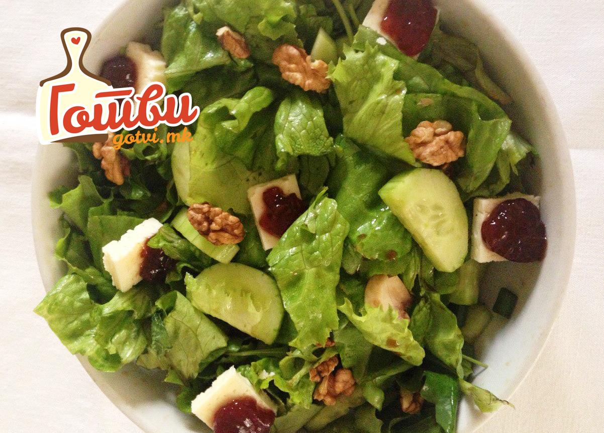 Зелена салата со сирење и џем од јагоди