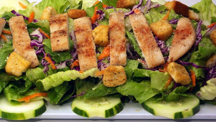 На денешното мени: Почнете го денот со супер пилешка салата
