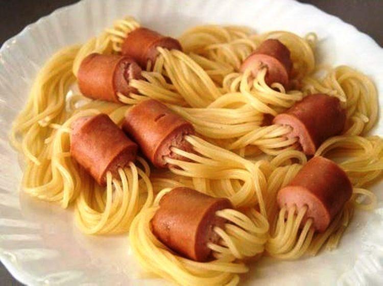Хот дог шпагети – одличен рецепт кој и дете може да го направи