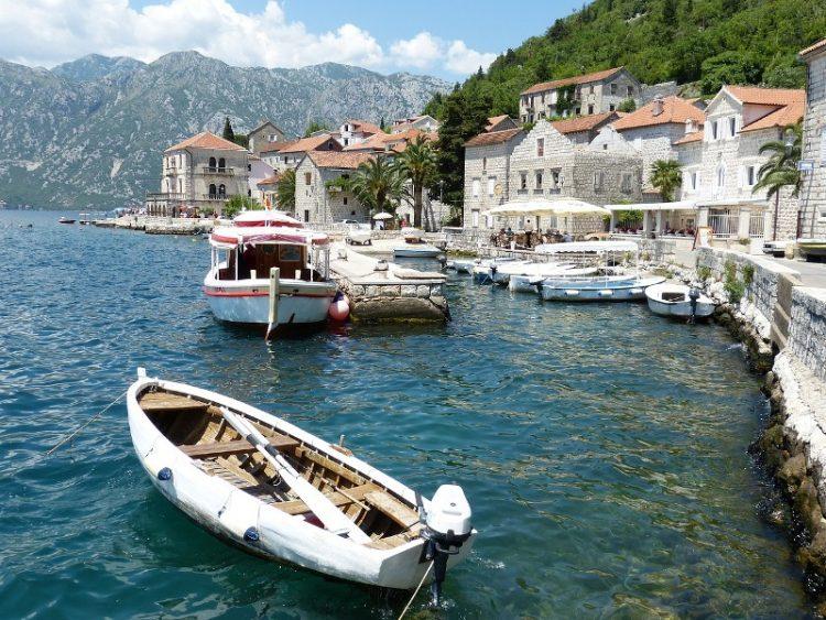 240 денари за цреши, 150 денари за кило праски – еве ги цените за летување во Црна Гора
