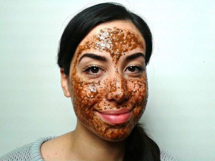 ВИДЕО: Рецепт за природна маска против акни и мозолчиња