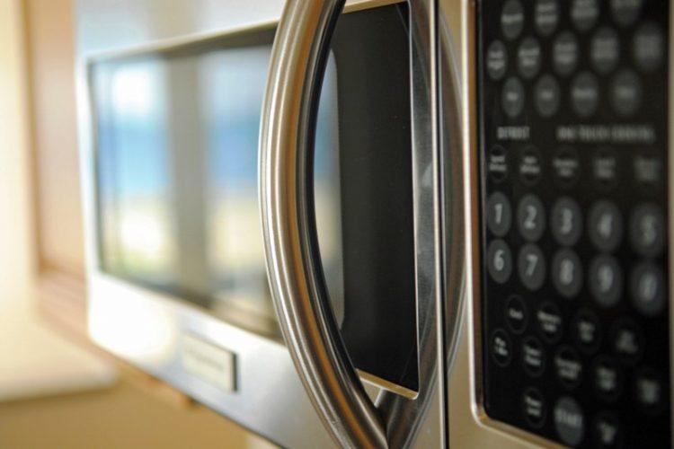 СТРОГО ЗАБРАНЕТО: Овие нешта не смеат да бидат ни близу микро печката