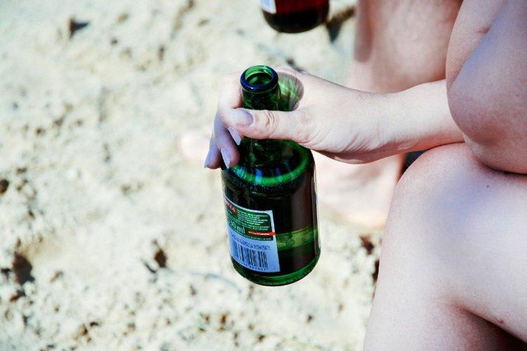 Нови правила во Грција: Казна од 150 евра ако носите свое пиење на плажа