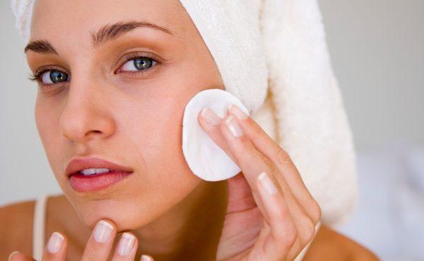 Решете се од пеги, дамки и акни на лицето – природен лек од две состојки