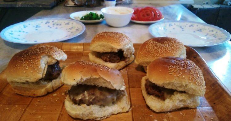 Домашен бургер – Брз летен ручек кој децата ќе го обожаваат