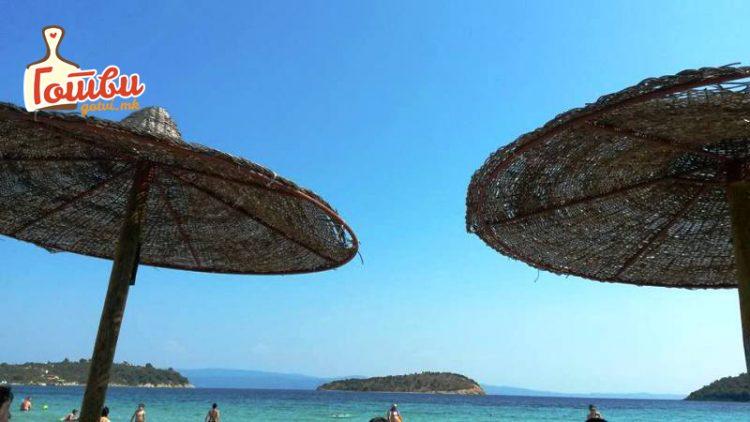 Цени на Халкидики на плажа: Клуб сендвич 300, цеден сок 360 денари