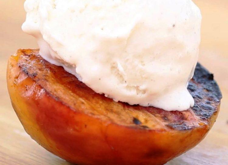 ВИДЕО: Печени праски со сладолед и цимет – ни туфахија не му е рамна