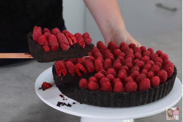 ВИДЕО рецепт: Вкусна торта со малини готова за 15 минути