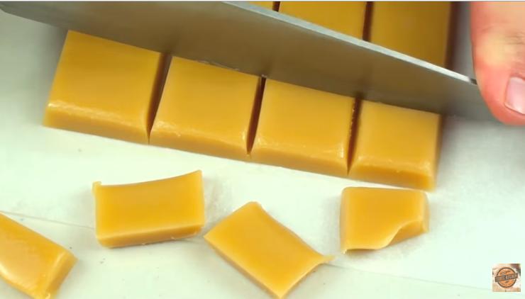 Видео: Ставете путер и шеќер во микро – резултатот е генијален