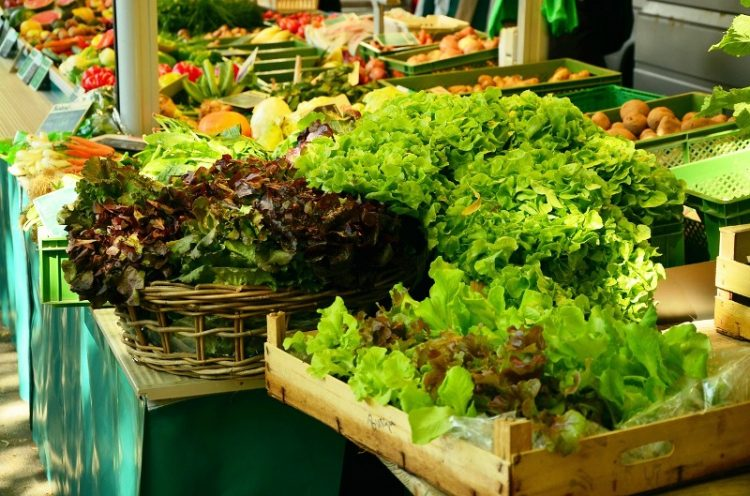Лубеница 15, праски 30, цреши 120 денари за килограм – Еве ги моменталните цени на пазарот во Охрид