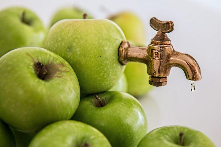 Царот на овошните сокови: Зошто треба да пиете сок од јаболка?