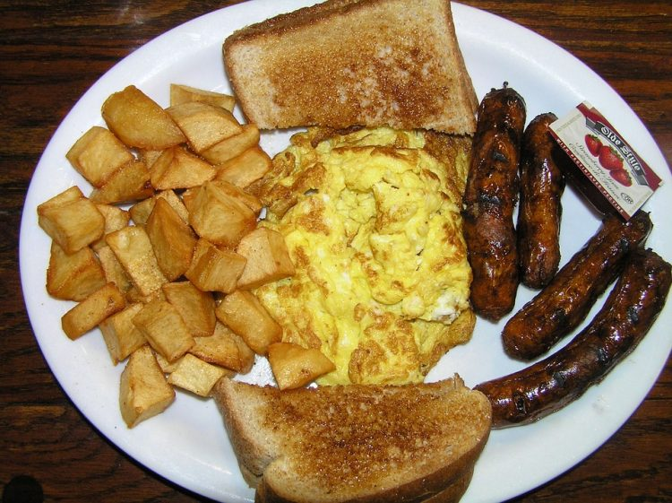 Појадокот е најважниот оброк: Направете колбаси со јајца