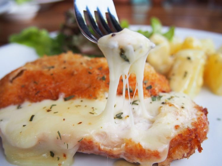 Пилешко месо со растопена зденка – звучи примамливо, нели?