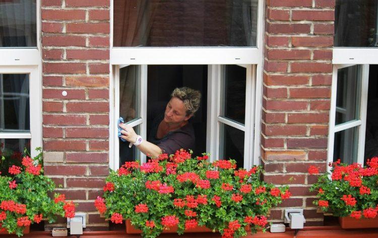 Не е само за готвење – Евтина намирница за бришење прозорци, елиминирање дамки и лоши мириси