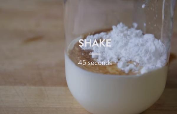 ВИДЕО: Без прскање и неред во кујната: Направете шлаг без миксер