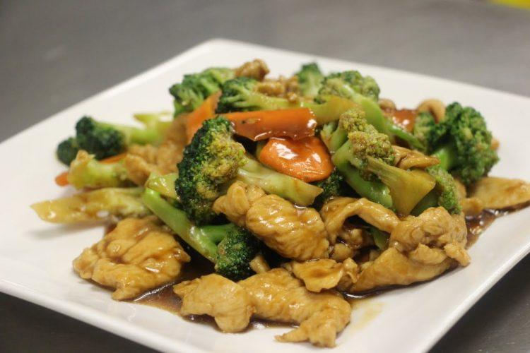 Предлог ручек за денешното мени: Пилешко со брокула