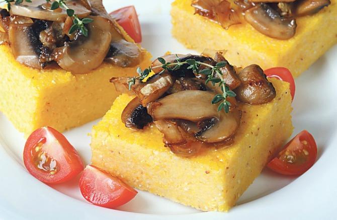Вкусот од детството со неодолив сос: Палента со прелив од печурки