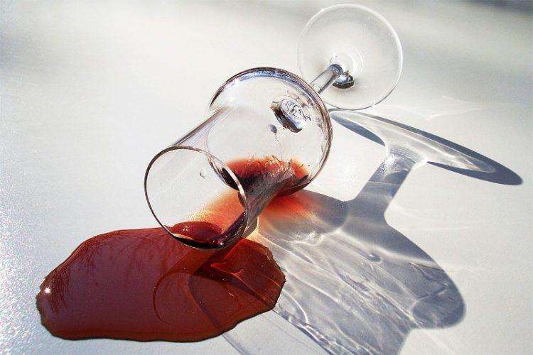 Дамки од црвено вино на тепихот? Исчистете ги за миг