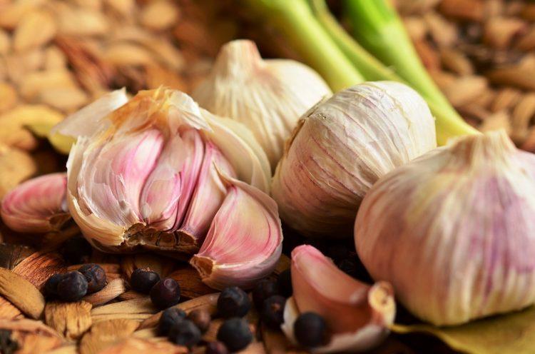 Секогаш ставајте го лукот вака во ручекот – Најздрав е и со силна арома