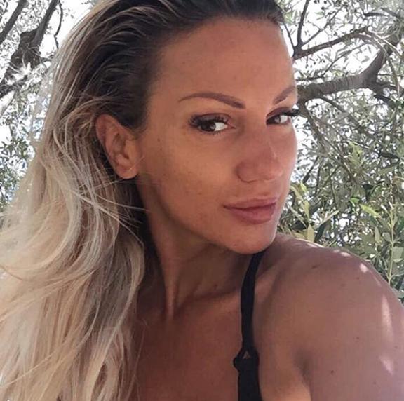 ФОТО: Српската пејачка без шминка – колешките многу и љубоморат