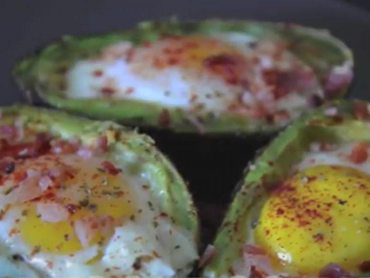 ЗДРАВЈЕ ВО ЧИНИЈА: Направете вкусен доручек од авокадо и јајца