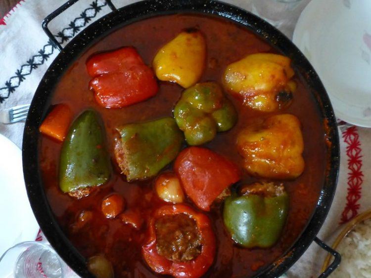 Не знаете што да зготвите? Еве одлична идеја за ручек – подгответе полнети пиперки на брз и фин начин.