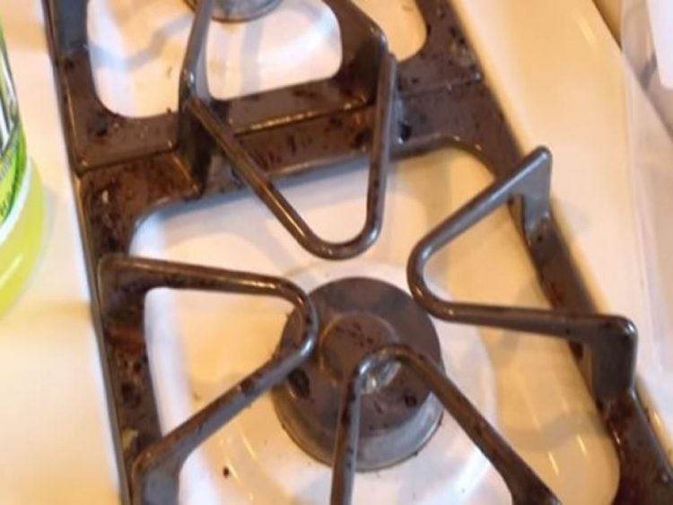 Чистењето на шпоретот веќе никогаш нема да ви биде НОЌЕН КОШМАР! Овој ТРИК ги решава сите ваши проблеми!