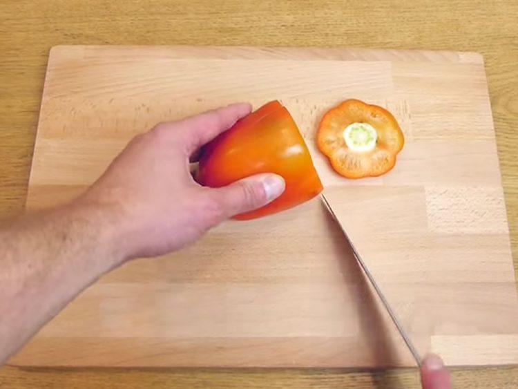 Со нож пресекол пиперка. По ова, секогаш ќе го користите овој феноменален трик! (ВИДЕО)