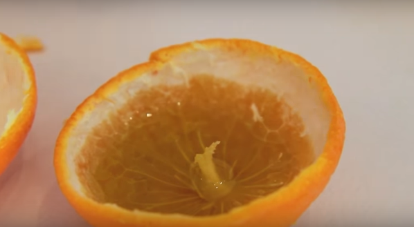 Стави масло во кора од мандарина – резултатот генијален