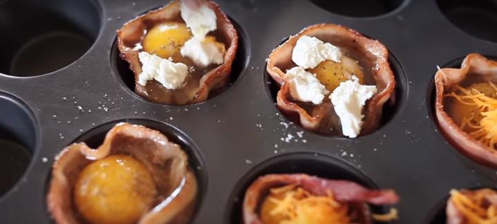 ВИДЕО: Ја свитка сланината и стави живо јајце – веднаш ќе го направите истото
