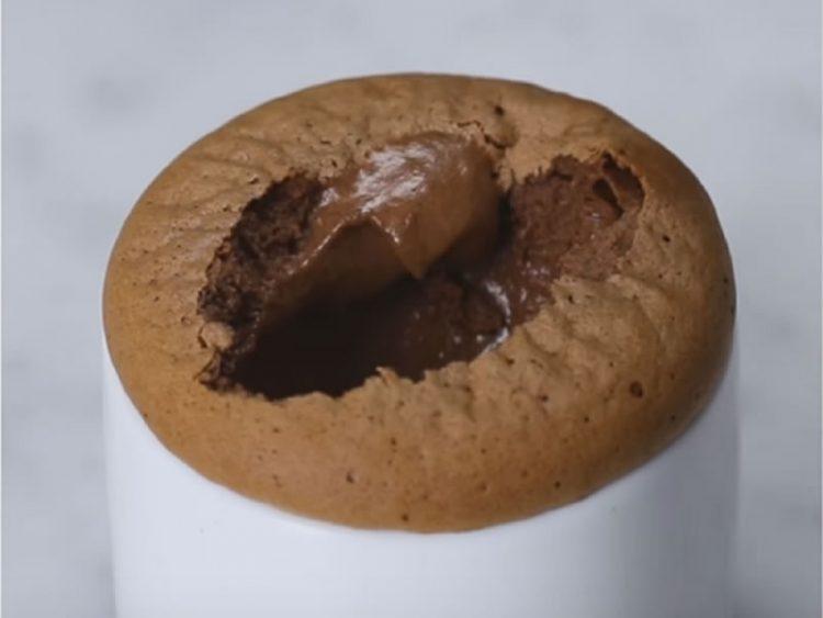 Крцкаво чоколадно суфле од само ДВЕ СОСТОЈКИ: Има ли нешто подобро? (ВИДЕО)