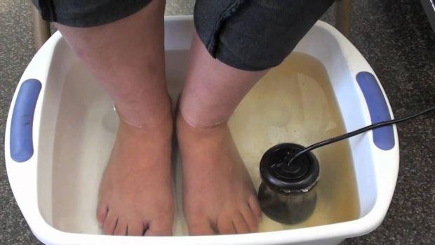 Ги стави нозете во јаболков оцет – за 30 минути се случи ова!