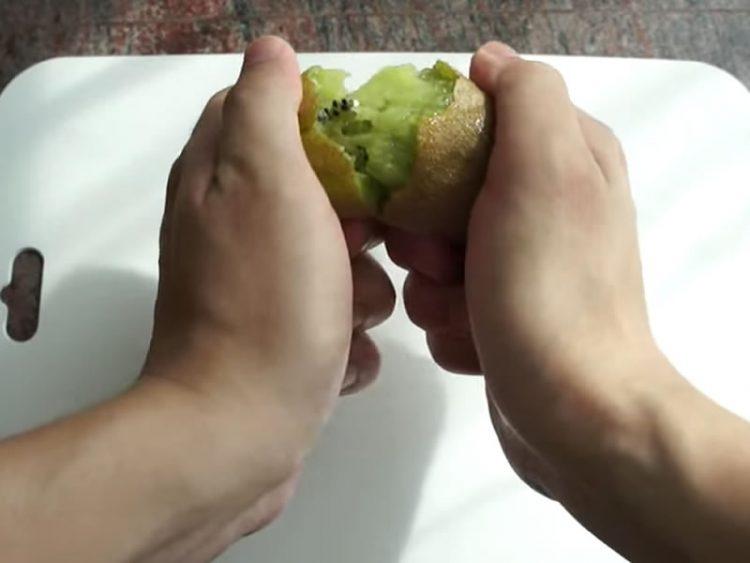 Ова е најлесниот и најбрзиот начин да излупите киви! (ВИДЕО)